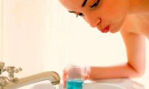 При стоматите полоскать рот 2-3 раза в день по 5-7 минут